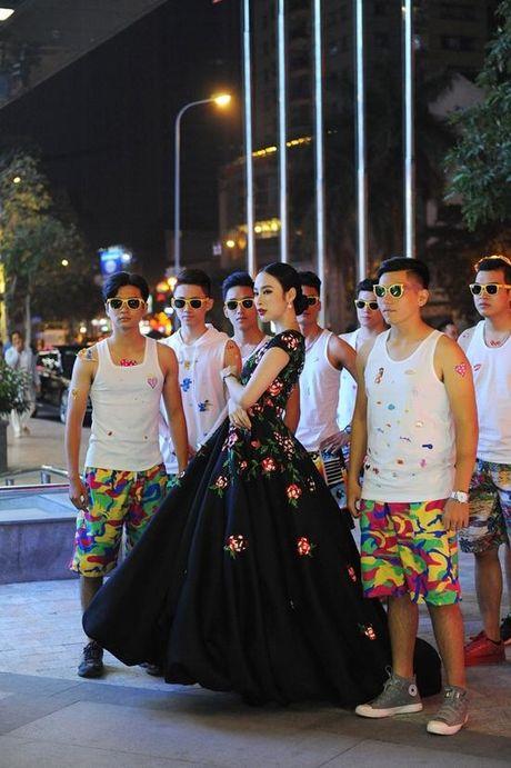 Angela Phuong Trinh dien vay ho bao bat chap gia lanh - Anh 3