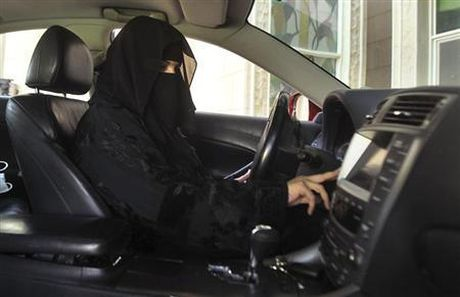 Hoang tu Arab Saudi keu goi bo lenh cam phu nu lai xe - Anh 1