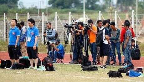 Phong vien Indonesia dinh dung flycam do tham doi tuyen Viet Nam - Anh 1