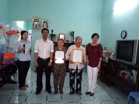 Hoi LHPN TP du le ban giao mai am tinh thuong tai Nha Be - Anh 1