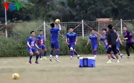 Tieu diem the thao: DT Viet Nam phai tap tren mat san xau - Anh 1