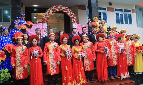 Dam cuoi tap the cho 5 cap cong nhan tai Da Nang trong mua lu - Anh 1