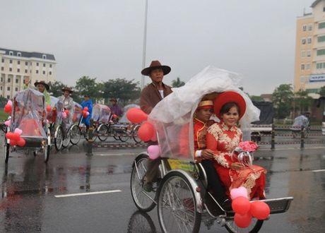 Dam cuoi tap the cho 5 cap cong nhan tai Da Nang trong mua lu - Anh 2