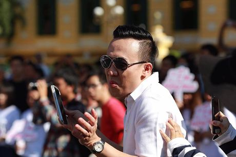 Tran Thanh, An Nguy gay nao loan duong pho khi nhay flashmob cung fans - Anh 11