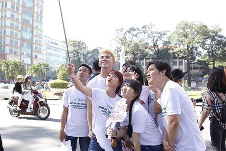 Tran Thanh, An Nguy gay nao loan duong pho khi nhay flashmob cung fans - Anh 12