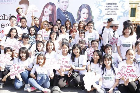 Tran Thanh, An Nguy gay nao loan duong pho khi nhay flashmob cung fans - Anh 14