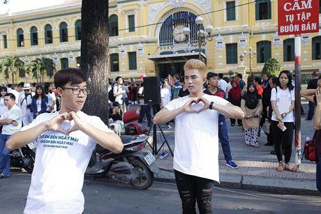 Tran Thanh, An Nguy gay nao loan duong pho khi nhay flashmob cung fans - Anh 9
