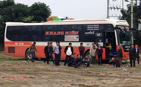 Hang nghin qua phao no tren xe khach bi canh sat phat hien tai Nghe An - Anh 1
