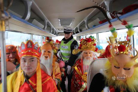 CSGT bat gap 'Ton Ngo Khong' cho 'hang chuc yeu tinh' tren xe buyt - Anh 3