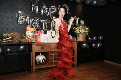 Angela Phuong Trinh rang ro don tuoi moi ben ban be - Anh 15