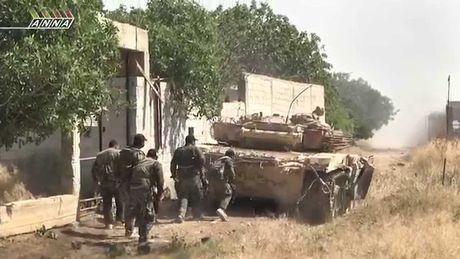 Quan doi Syria phan cong chiem lai dia ban tai Daraa (video) - Anh 1