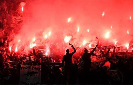 Quay 'toi ben' tren san cua Man United, CDV St Etienne doi mat voi an phat - Anh 1