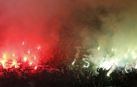 Quay 'toi ben' tren san cua Man United, CDV St Etienne doi mat voi an phat - Anh 2