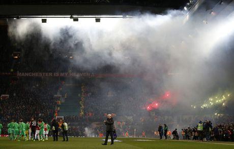 Quay 'toi ben' tren san cua Man United, CDV St Etienne doi mat voi an phat - Anh 3