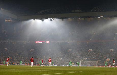 Quay 'toi ben' tren san cua Man United, CDV St Etienne doi mat voi an phat - Anh 4