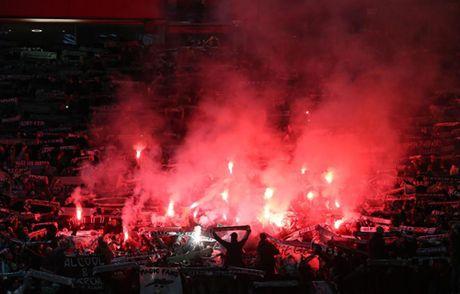 Quay 'toi ben' tren san cua Man United, CDV St Etienne doi mat voi an phat - Anh 5