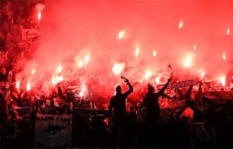 Quay 'toi ben' tren san cua Man United, CDV St Etienne doi mat voi an phat - Anh 6