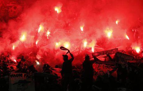 Quay 'toi ben' tren san cua Man United, CDV St Etienne doi mat voi an phat - Anh 7