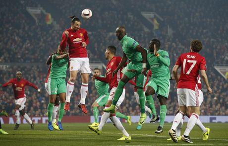 Quay 'toi ben' tren san cua Man United, CDV St Etienne doi mat voi an phat - Anh 8