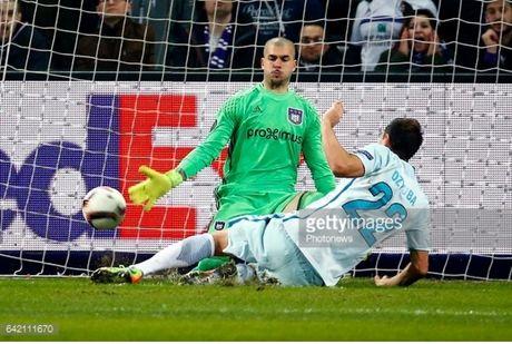 Ibrahimovic va doi hinh xuat sac nhat luot di vong 1/16 Europa League - Anh 1