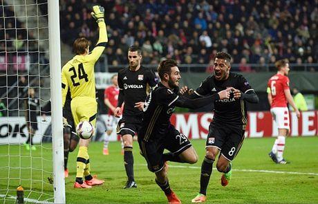 Ibrahimovic va doi hinh xuat sac nhat luot di vong 1/16 Europa League - Anh 7