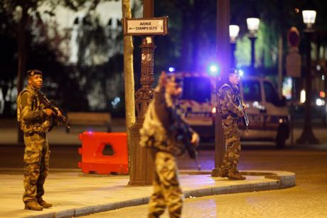 Paris: Thu do hoa le hay cuoc chien khong hoi ket giua Phap va IS? - Anh 2