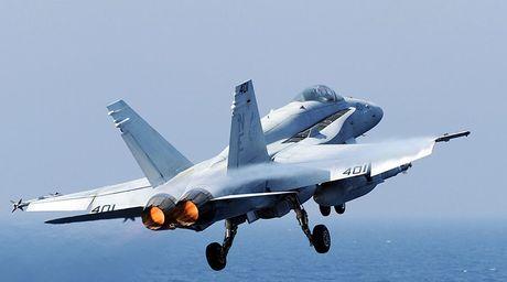 F-18 tren tau san bay USS Carl Vinson gap nan ngoai khoi Philippines - Anh 1