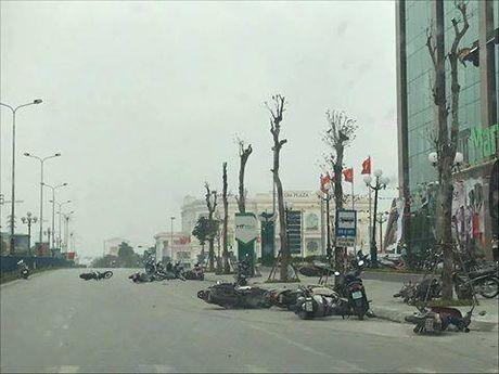 Phu Tho: Giong loc 'quat nga' hang chuc chiec xe may nam la liet tren duong - Anh 1