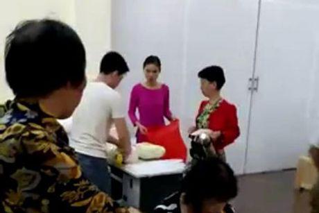 'Mien nhiem' lenh cam, diem ban hang cho khach Trung Quoc van nhon nhip - Anh 1