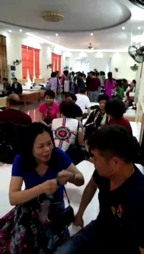 'Mien nhiem' lenh cam, diem ban hang cho khach Trung Quoc van nhon nhip - Anh 2