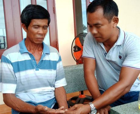 Tam giam 2 nghi pham ban lao dong di bien - Anh 1