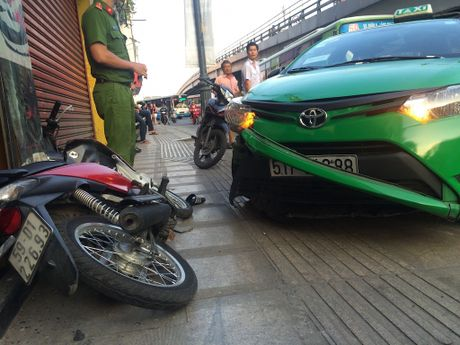 Tai xe taxi tong vang cuop nho nhu in khoanh khac 'bat binh phai ra tay' - Anh 2