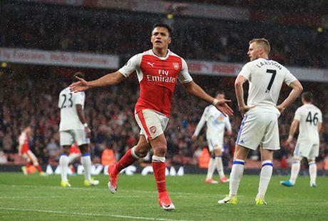 Clip Sanchez lap cu dup, Arsenal nhen nhom hy vong vao Top 4 - Anh 1