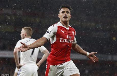 Alexis Sanchez toa sang truoc Sunderland, Arsenal van o rat xa Top 4 - Anh 1