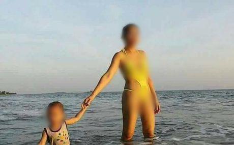 Ba me mac bikini ho hang dat con dao bien gay nhuc mat - Anh 1
