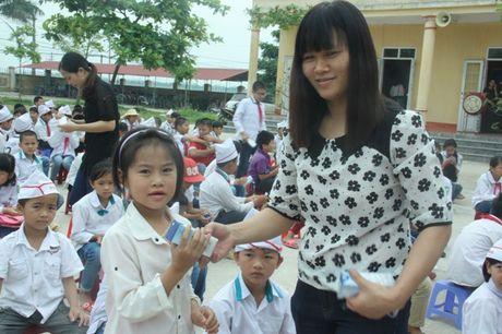 Tang sua tuoi hoc duong cho hoc sinh mam non, tieu hoc Hung Yen - Anh 1