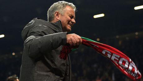 Cau thu M.U bi the do, Mourinho cam on... trong tai - Anh 1