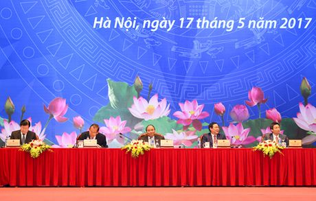 """Doanh nghiep van phai """"di dem"""" va ganh nang chi phi - Anh 1"""