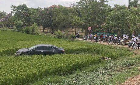 Khoi to can bo y te lai xe Camry dam tu vong 3 hoc sinh - Anh 1