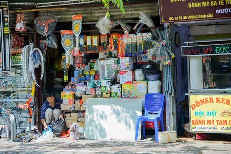 Day cua hang sieu nho ton tai 30 nam o Ha Noi - Anh 8
