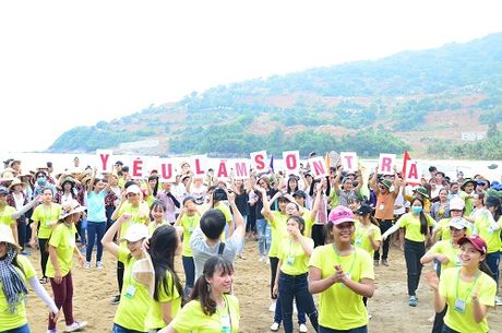 Da Nang: 1.000 sinh vien keu goi khong mang tui ni - long den Son Tra - Anh 1