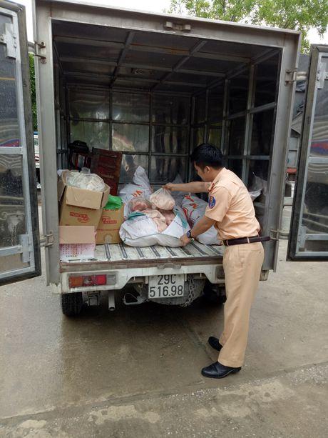 Bat xe tai cho 415 kg mo lon khong ro nguon goc - Anh 1