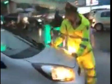 Ha Noi: Taxi vuot den do, co tinh 'un' ca canh sat de bo chay - Anh 1
