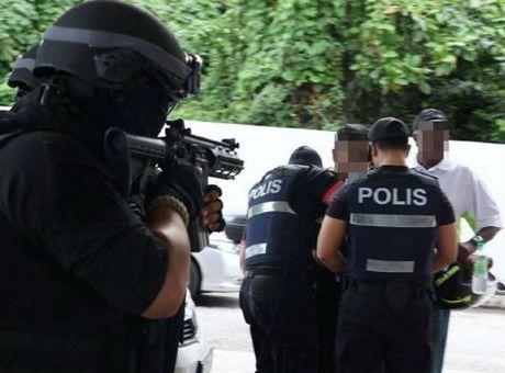 Malaysia bat giu 21 canh sat bao ke cho cac bang nhom toi pham - Anh 1