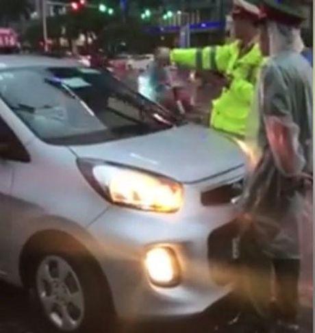 Clip taxi lao vao doan xe uu tien o Ha Noi - Anh 1