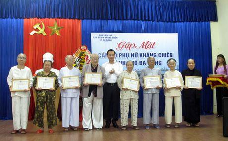 Gap mat cuu can bo phu nu tham gia khang chien - Anh 1