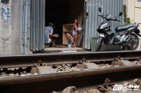 Than nhien be chau ngoi tren duong ray tan gau, thach thuc tu than - Anh 8