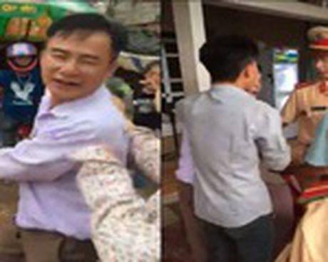 Khoi to lai xe gay tai nan, hanh hung canh sat giao thong - Anh 3
