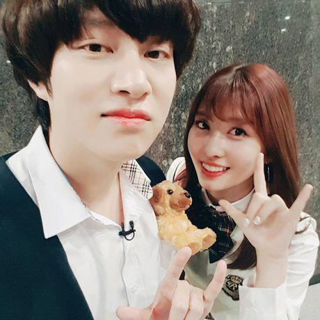 Sao Han 20/5: Momo than thiet voi Hee Chul, Seo Hyun ra ve cool ngau - Anh 1