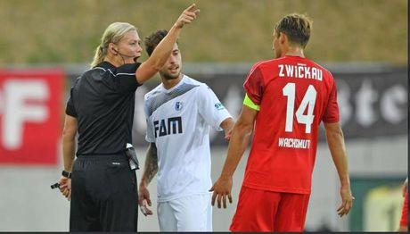 Bibiana Steinhaus tro thanh trong tai nu dau tien trong lich su giai Bundesliga - Anh 3